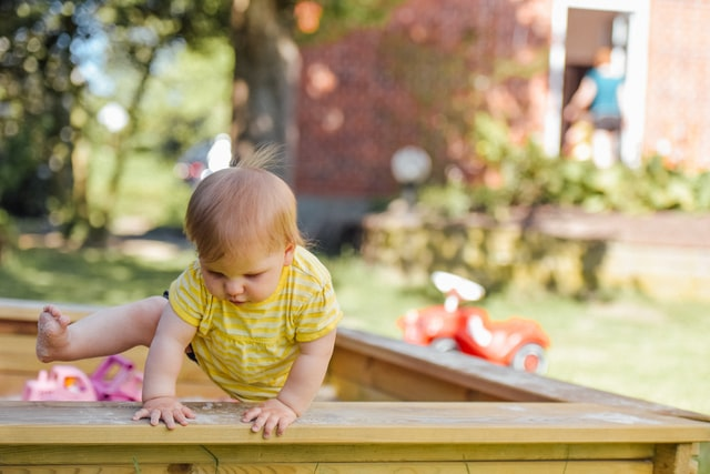criança bebé a brincar no parque